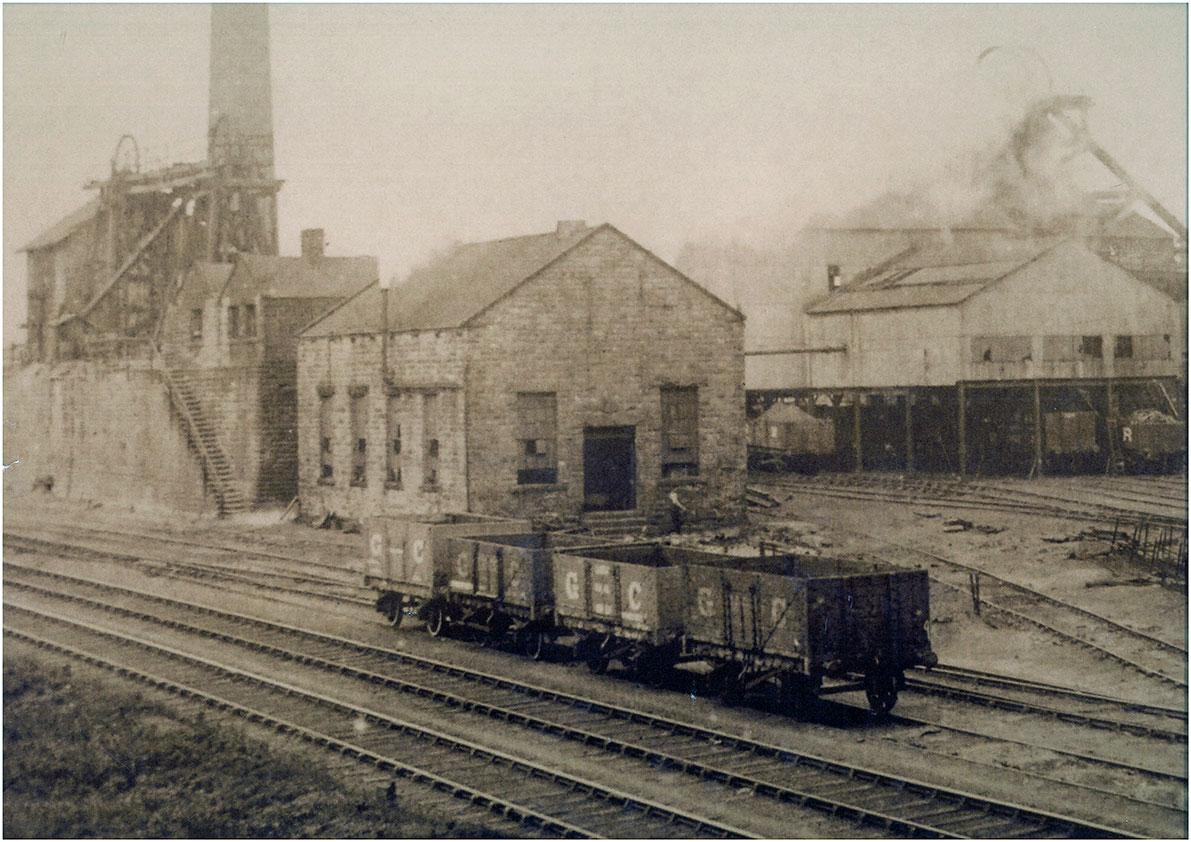 Early 20th Century photo showing Oaks headgear on left.